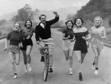 Ralph Thomas entraîne ses choristes en courant, 1936
