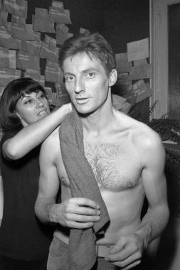 Hugues Aufray dans sa loge à l'Olympia, 1966